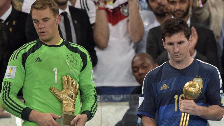 """Manuel Neuer war 2014 mit dem Gewinn des Weltmeistertitels mit Deutschland und der Auszeichnung zum besten Torhüter des Turniers auf dem Höhepunkt seiner Karriere. Für Lionel Messi (r.) war die Auszeichnung zum ,,besten Spieler des Turniers"""" eher eine Farce..."""