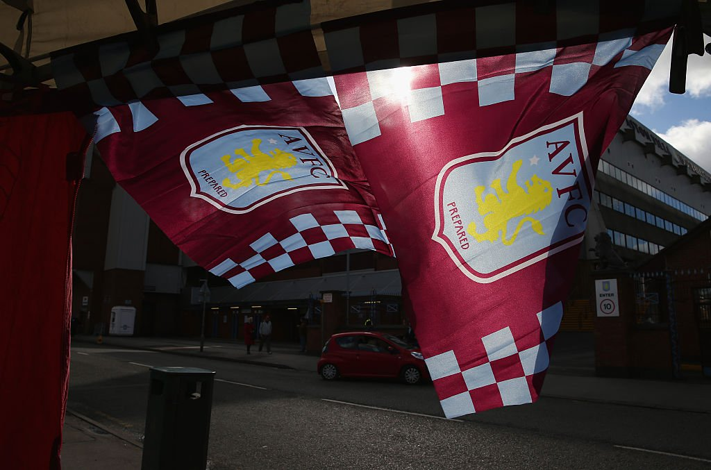 Das Vereinswappen von Aston Villa aus Birmingham. (Photo by Clive Mason/Getty Images)