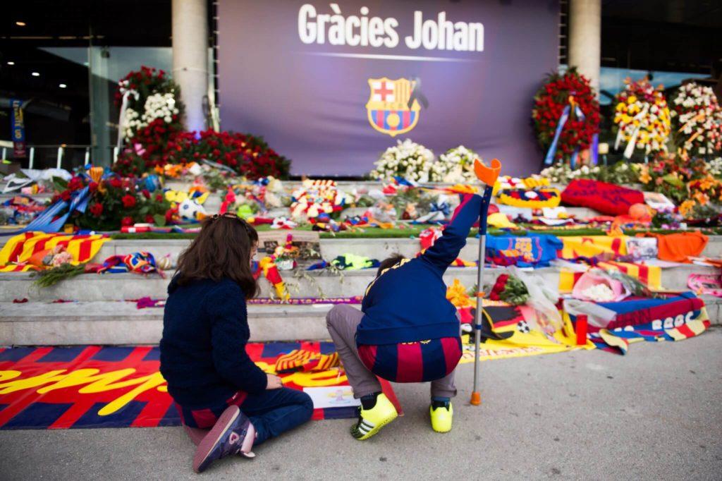 Barcelona-Fans legen für Johan Cruyff Blumen nieder. Foto: Getty Images