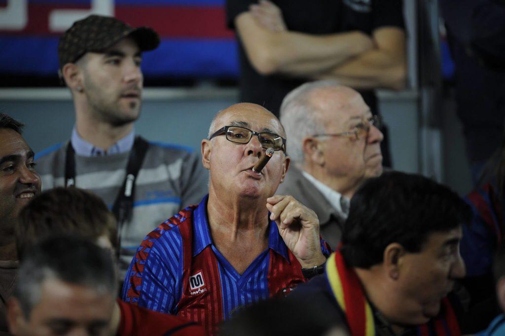 Ein Barcelona-Fan raucht während eines Spiels eine Zigarre. Foto: Getty Images