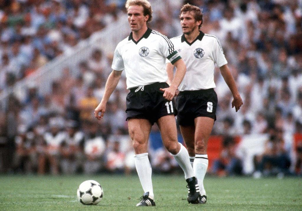 An Karl-Heinz Rummenigge - hier als Kapitän im WM-Finale 1982 gegen Italien - kam Del'Haye nicht vorbei. Foto: Getty Images
