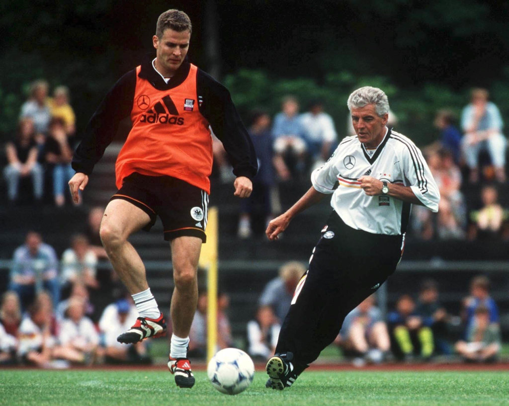 Oliver Bierhoff - der Star der Rumpelfüßlertruppe im Jahr 1999 mit Teamchef Erich RIBBECK (Photo by Mark Sandten/Bongarts/Getty Images)