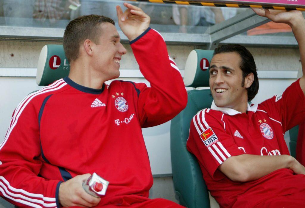 Ali Karimi (rechts) sitzt hier 2006 gemeinsam mit Lukas Podolski auf der Bayern-Bank. Foto: Getty Images