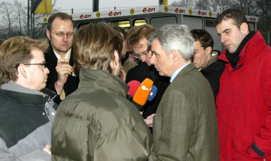 Der damalige BVB-Manager Michael Meier 2004 im Gespräch mit Journalisten. Foto: Getty Images