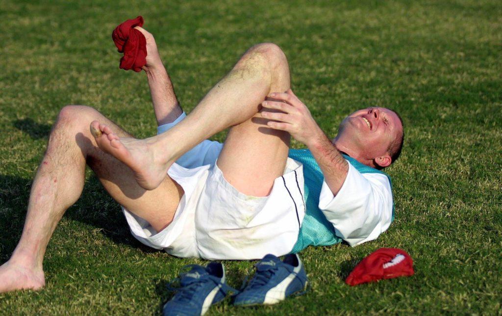 Paul Gascoigne scheint hier Schmerzen zu haben. Foto: Getty Images