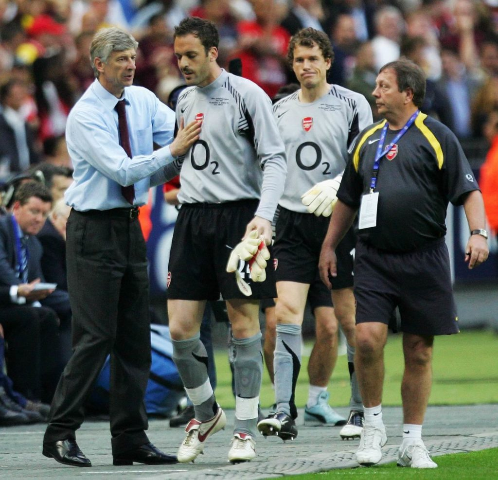 PARIS - MAY 17: Arsene Wenger (L) the Arsenal manager gives advice to Manuel Almunia (R) before he takes over from Jens Lehmann in goal during the UEFA Champions League Final between Arsenal and Barcelona at the Stade de France on May 17, 2006 in Paris, France. (Photo by Laurence Griffiths/Getty Images)