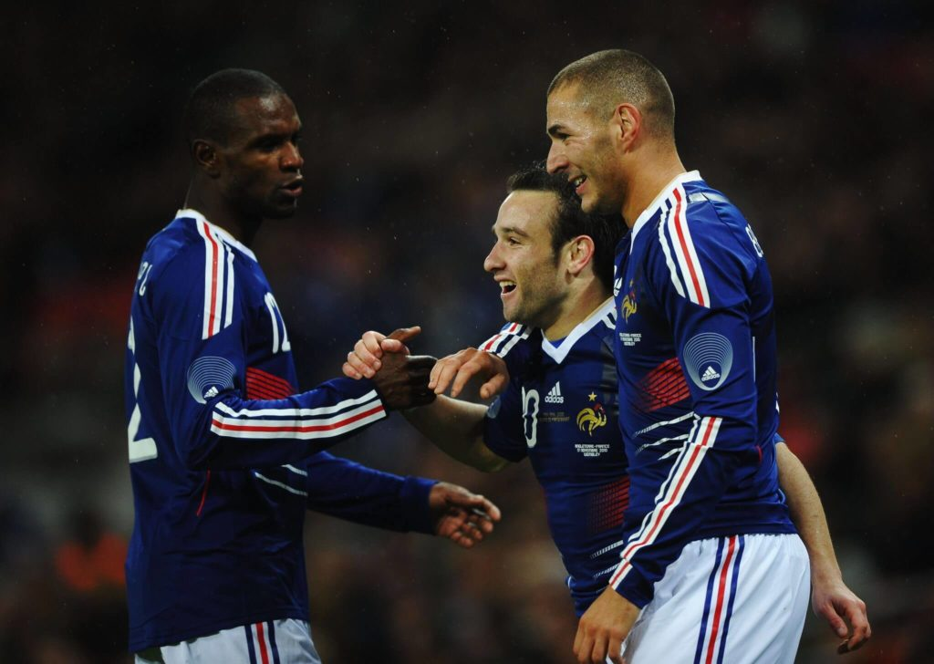 Da war die Welt noch in Ordnung: Am 17. November 2010 jubeln Karim Benzema (r.), Mathieu Valbuena (m.( und Eric Abidal mit Frankreich im Londoner Wembleystadion