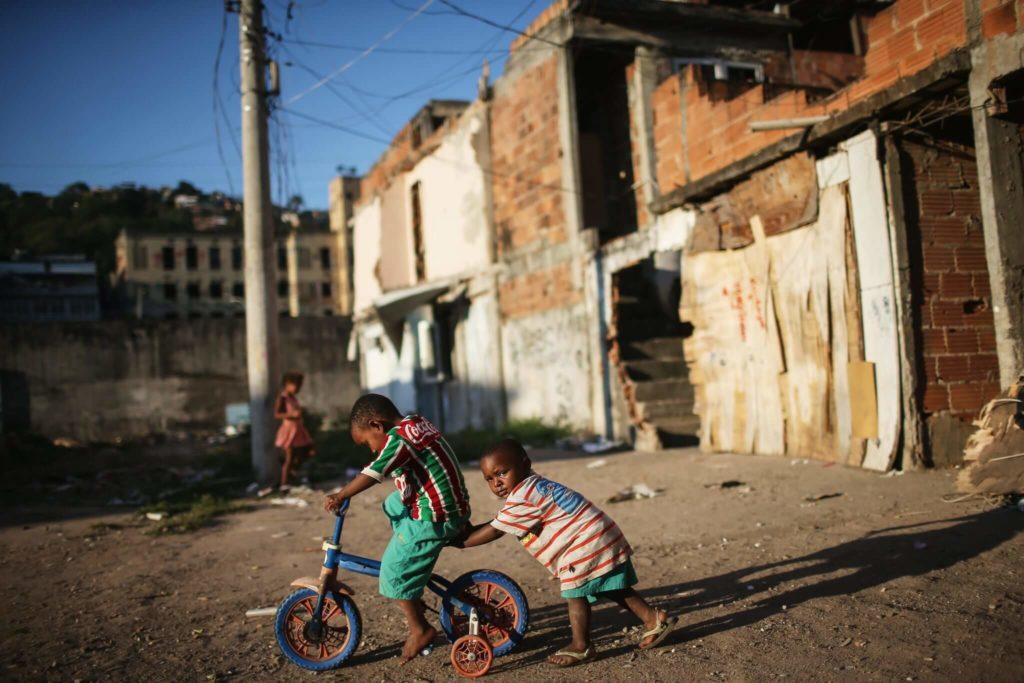 Kinder spielen in einem Armenviertel in Rio de Janeiro. Foto: Getty Images