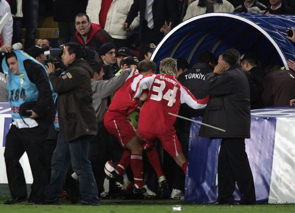 Die Schweizer müssen nach Spielende flüchten vor dem Mob; Foto: Getty Images