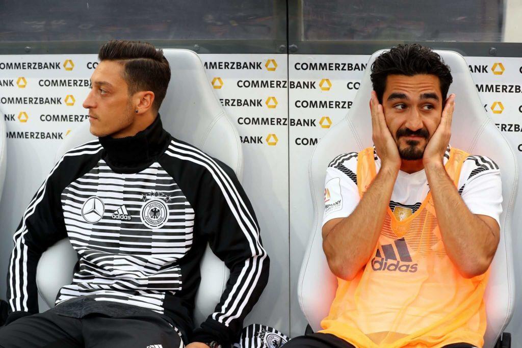 Mesut Özil und Ilkay Gündogan auf der deutschen Bank: Foto: Getty Images