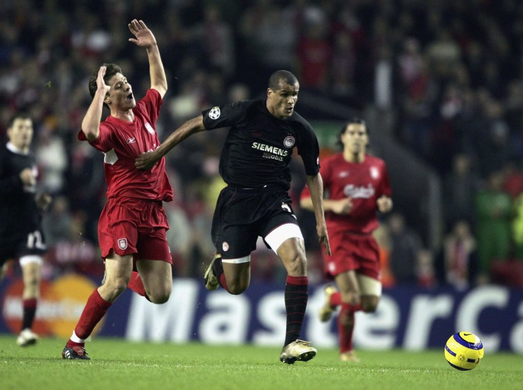 Rivaldo (rechts) 2004 im Duell mit Xabi Alonso. Foto: Getty Images