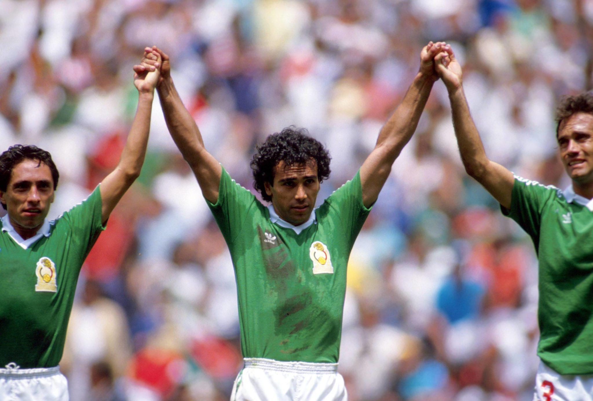 Hugo Sanchez (Mexico) jubelnd mit seinen Teamkollegen nach dem Spiel.