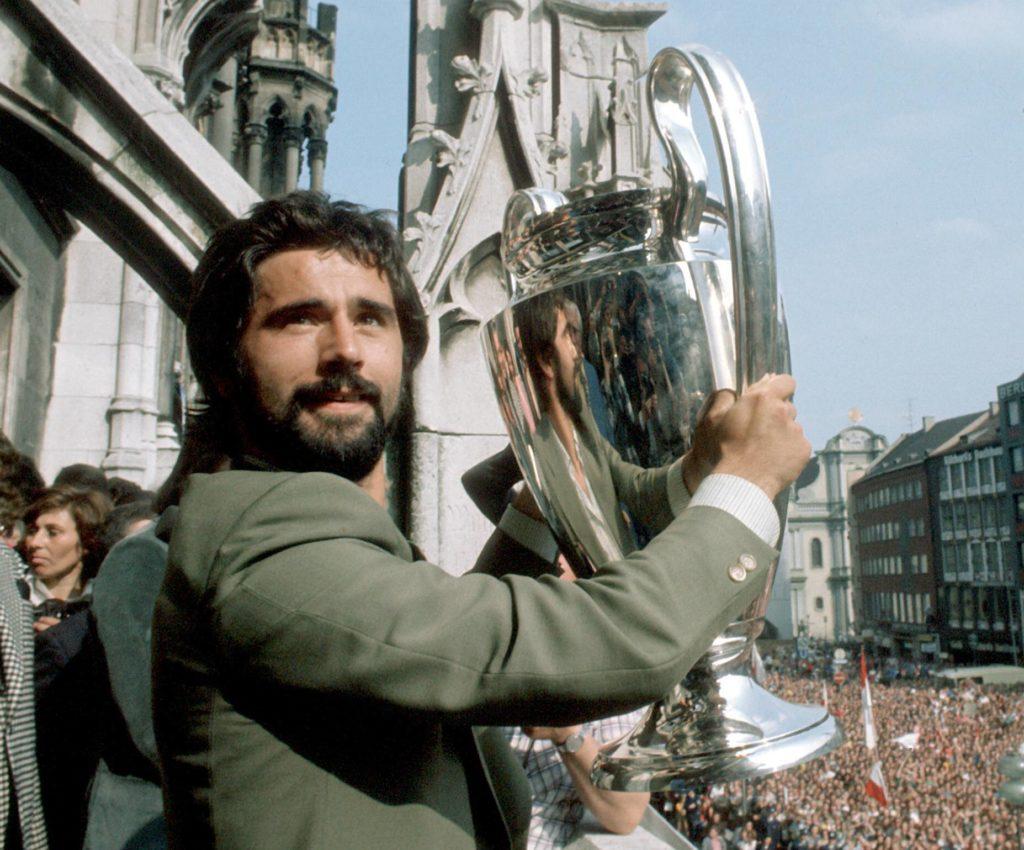 Gerd Müller (Bayern) präsentiert auf dem Marienplatz den Europapokal der Landesmeister