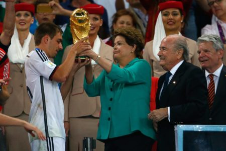 Philipp Lahm nimmt 2014 den Weltmeisterschafts-Pokal entgegen. Foto: Getty Images