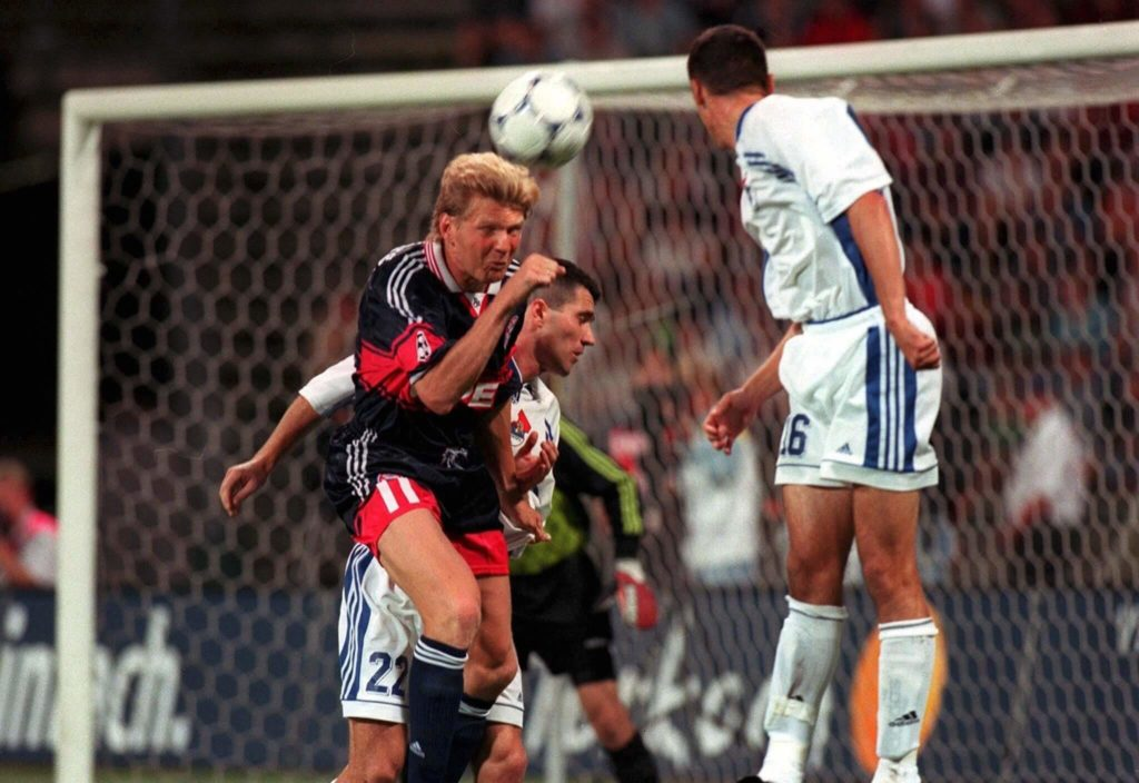 MUNICH, GERMANY - AUGUST 12: CHAMPIONS LEAGUE QUALIFIKATION 98/99, Muenchen; FC BAYERN MUENCHEN - OBILIC BELGRAD 4:0; Stefan EFFENBERG/BAYERN, Darko VARGEC, Dragan SARAC/BELGRAD (Photo by Gunnar Berning/Bongarts/Getty Images)