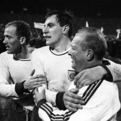 Schlussjubel Bayern nach dem Sieg im Finale des Europapokals der Pokalsieger 1966/1967, v. li.: Peter Kupferschmidt, Franz Roth, Trainer Zlatko Tschik Cajkovski.