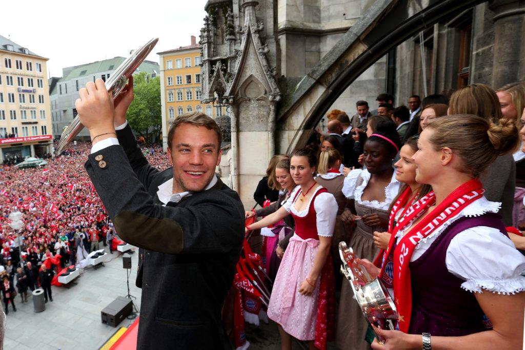 Manuel Neuer mit der Meisterschale im Mai 2015.