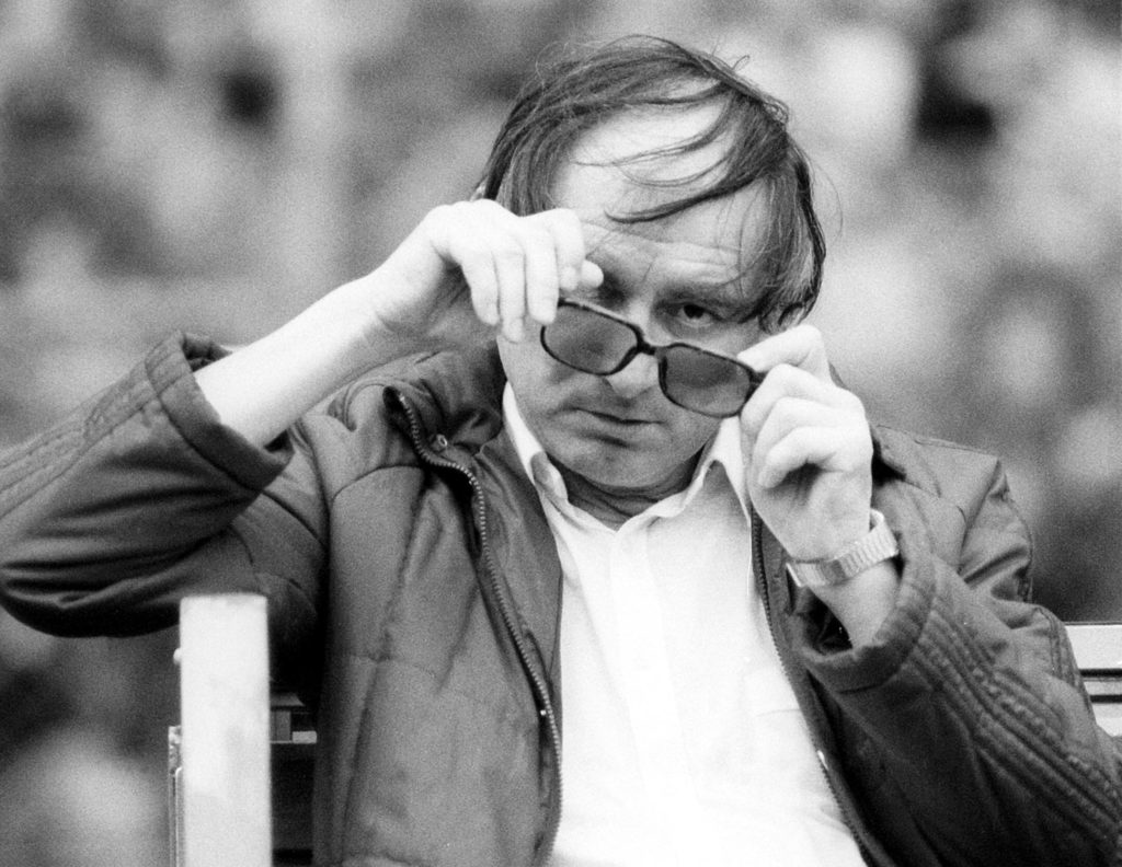 Trainer Branko Zebec (Frankfurt) zu betrunken, um seine Brille aufzusetzen;.