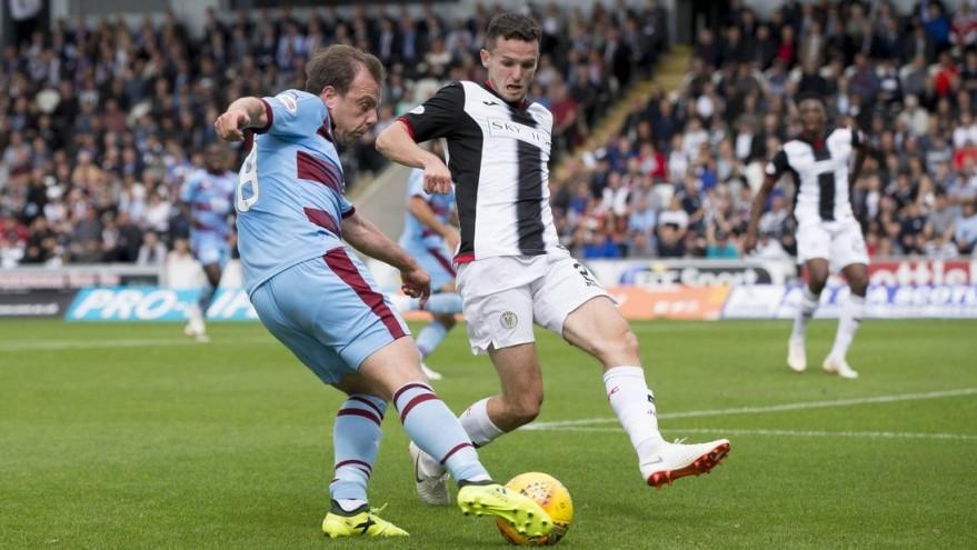 Paul McGowan mit Fussfessel im Spiel gegen St. Mirren.