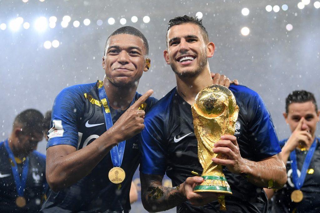 Lucas Hernández (r.) und Kylian Mbappé feiern den WM-Titelgewinn mit Frankreich am 15. Juli 2018 in Moskau.