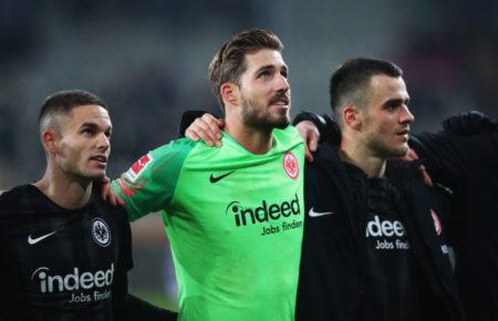 Mit dem 3:1 in Augsburg bejubeln Kevin Trapp (m.) und Eintracht Frankfurt einen weiteren Big Point in der Saison 2018/2019.