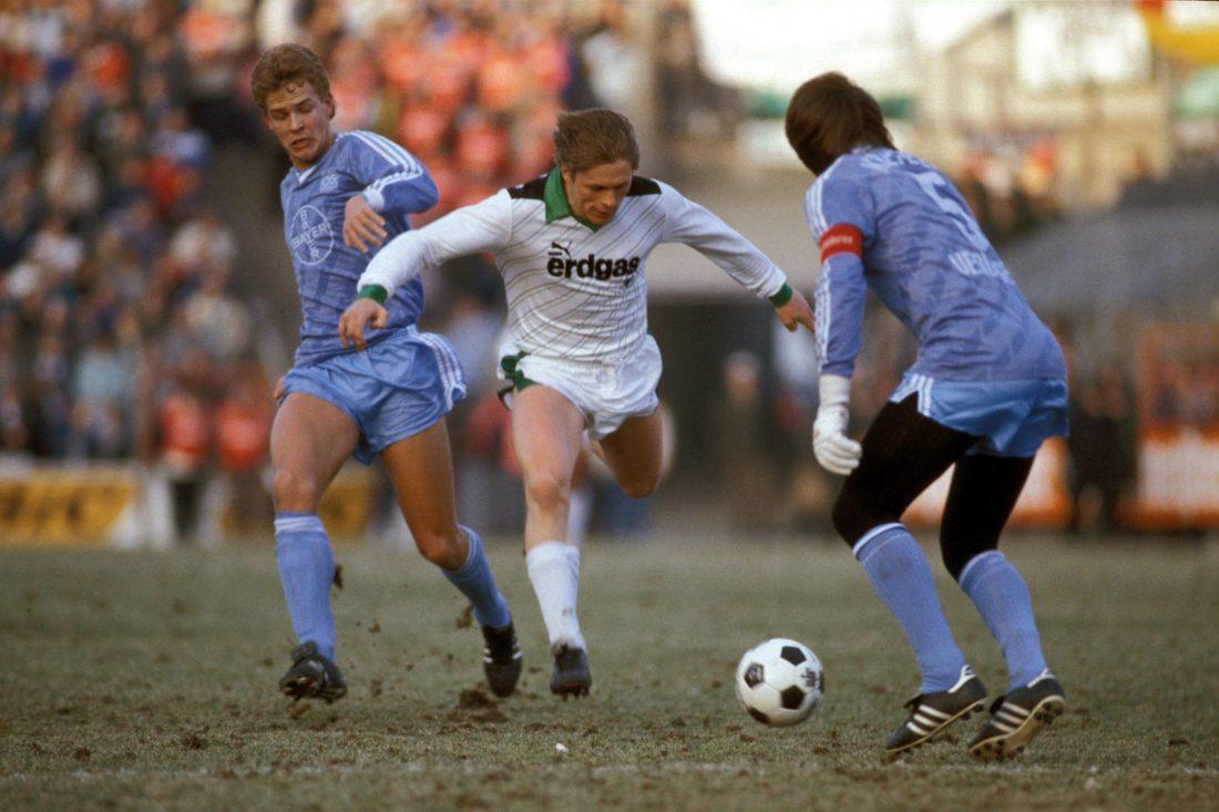Oliver Bierhoff (l.) wurde weder bei Bayer 05 Uerdingen noch bei Borussia Mönchengladbach (mit Uli Borowka) glücklich... Copyright: imago/Kicker/Liedel