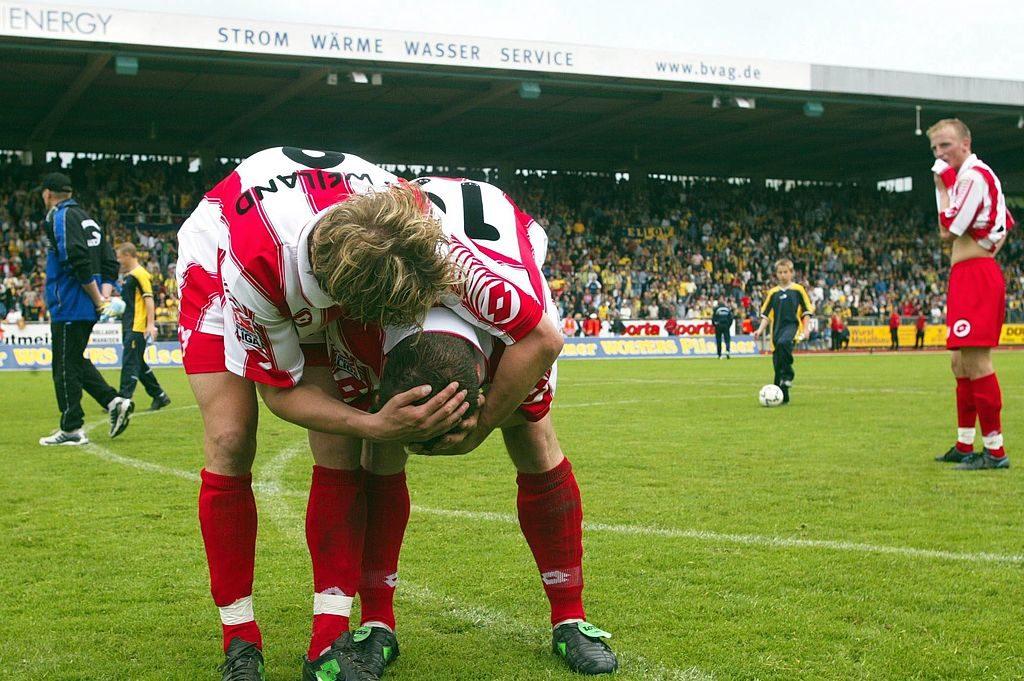Mainz 05: Was für ein unfassbares Drama am letzten Spieltag 2002/2003! Dennis Weiland, Christof Babatz und Michael Thurk (v. l.) weinen in Braunschweig nach dem um ein Tor verpassten Bundesliga-Aufstieg. Ein Stück Zweitliga-Geschichte.