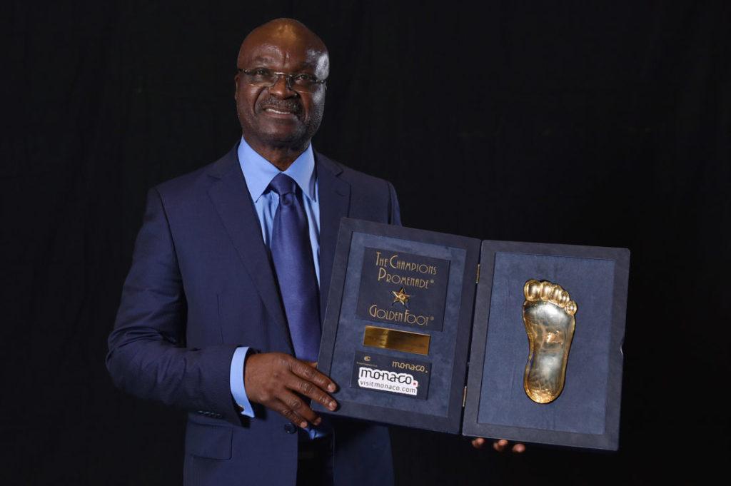 Roger Milla mit dem Golden Foot Award im Oktober 2014