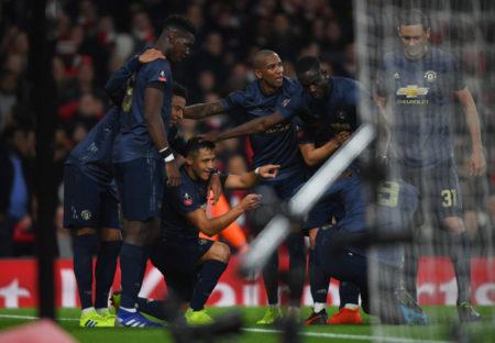 Alexis Sanchez und seine Teamkollegen von Manchester United feiern das 1:0 beim FC Arsenal.