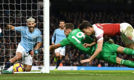 Handspiel oder nicht? Sergio Agüero (l.) lenkt den Ball irgendwie ins Tor des FC Arsenal. Der deutsche Keeper Bernd Leno und Laurent Koscielny kommen zu spät...