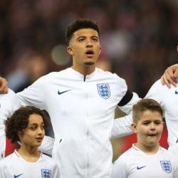God save this boy! Jadon Sancho (m.) bei der englischen Nationalhymne vor dem EM-Qualifikationsspiel gegen Tschechien.