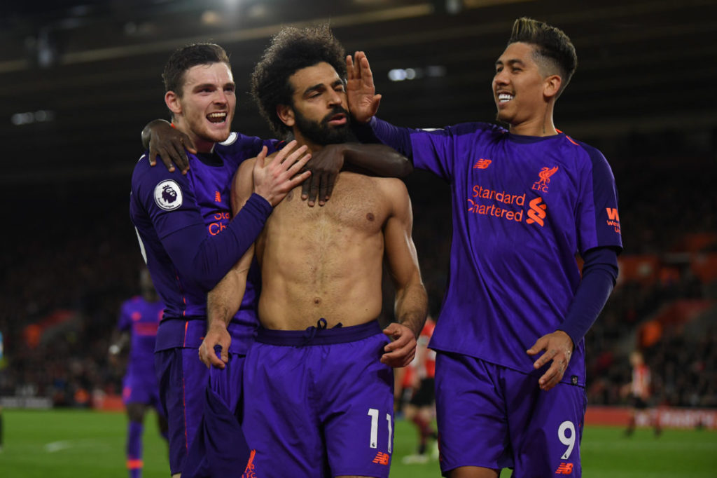 Was wäre Liverpool ohne den Pharao? Mo Salah (m.) lässt sich nach seinem Super-Tor und 60-Meter-Sololauf gegen den FC Southampton von Andy Robertson (l.) und Roberto Firmino feiern.