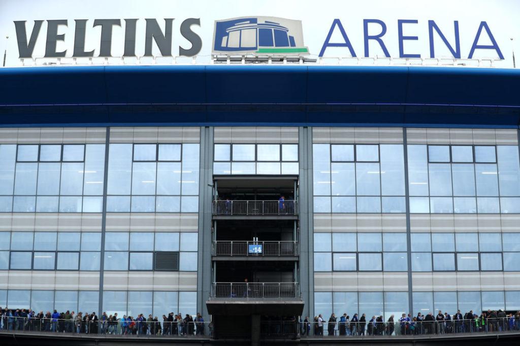 Wer früher kommt, kann früher gehen... Schalke-Fans verlassen die Veltins Arena vorzeitig und in Scharen.