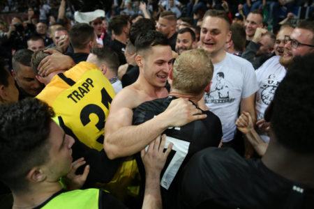 Glückliche Heimkehrer: Die zu Eintracht Frankfurt zurück gewechselten Profis Kevin Trapp (l.) und Sebastian Rode feiern nach dem 2:0 gegen Benfica Lissabon mit den Fans den Einzug ins Europa-League-Halbfinale.