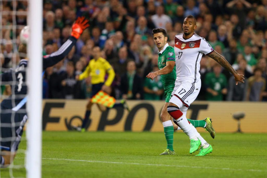 Dublin, 8. Oktober 2015: Shane Long (m.) erzielt gegen Jérome Boateng und Manuel Neuer (l.) das 1:0-Siegtor für Irland gegen Weltmeister Deutschland. Diese Zeiten sind auf der grünen Insel lange vorbei...