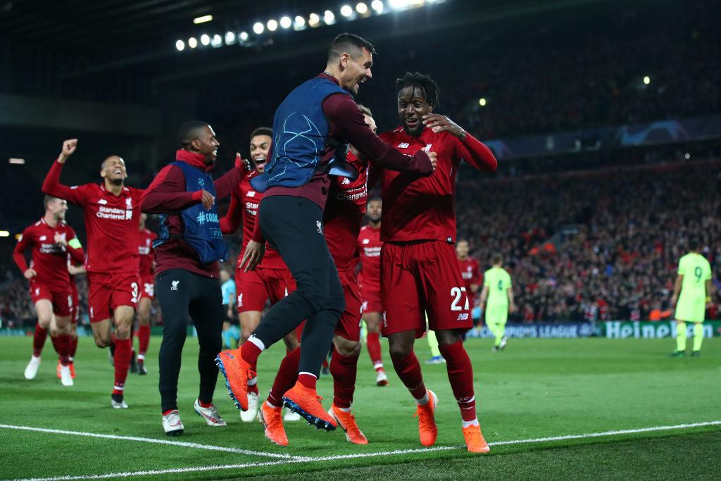 Das Origi-nal: Das 4:0 von Divock Origi (r.) für den FC LIverpool gegen den FC Barcelona reißt in Anfield alle mit.
