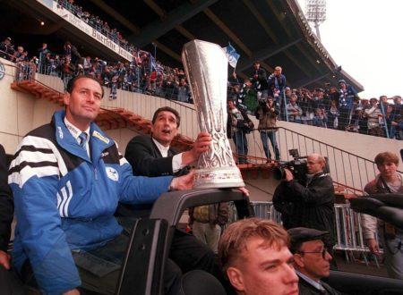 Der größte Erfolg der Vereinsgeschichte: Am 22. Mai 1997 präsentierten Schalke-Coach Huub Stevens (l.) und Manager Rudi Assauer den Fans im Parkstadion stolz den UEFA-Pokal.
