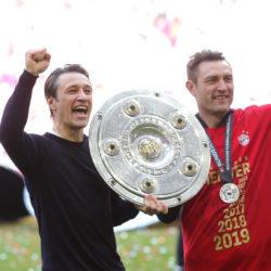 Deutscher Meister 2019 mit dem FC Bayern München: Niko Kovac und sein Bruder Robert (r.) präsentieren die Meisterschale.