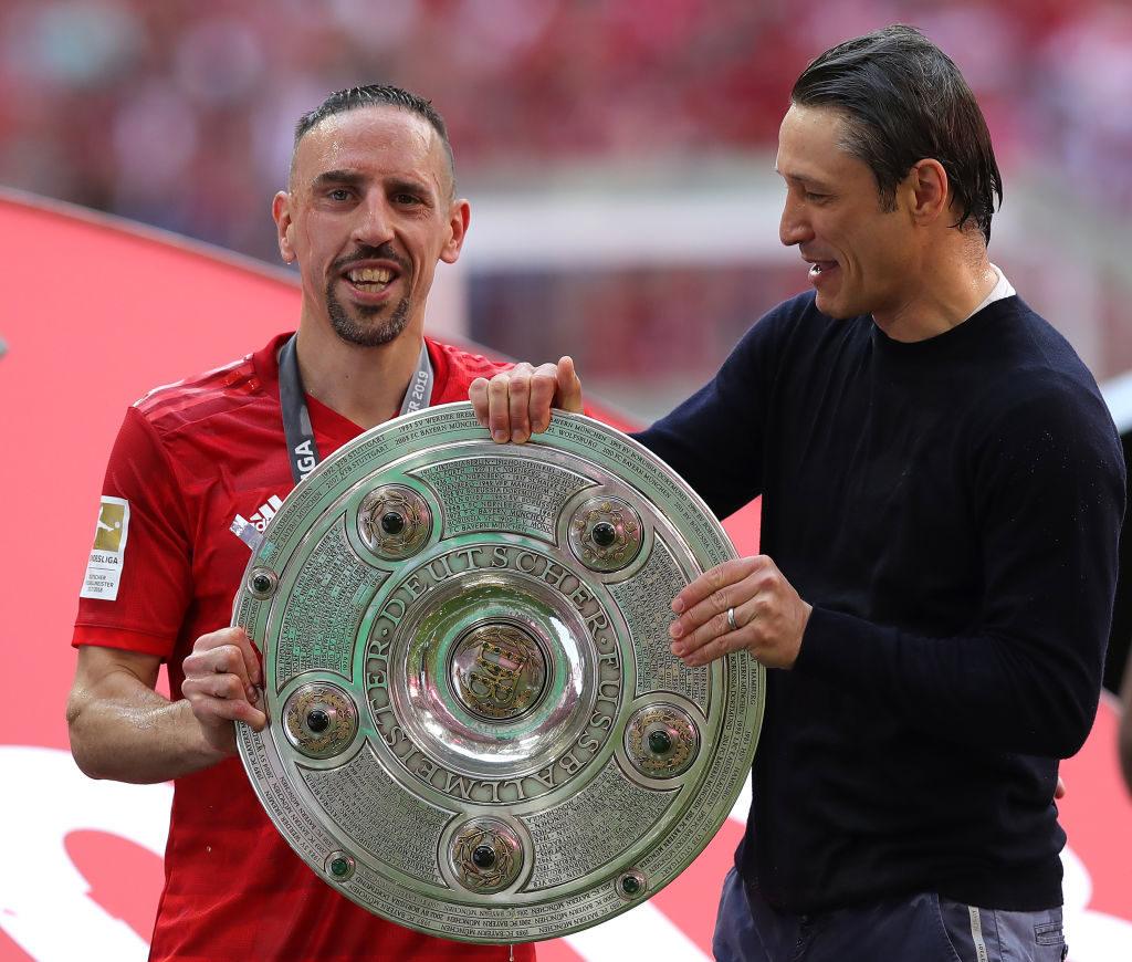 Gibst du mir die Schale auch mal? Niko Kovac und Franck Ribéry feiern Bayerns Meisterschaft 2019.