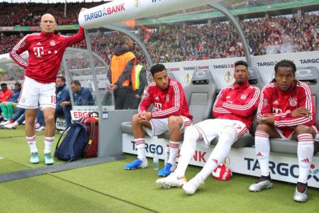 Arjen Robben (l.) in seinem letzten Spiel für den FC Bayern, dem DFB-Pokalfinale 2019 gegen RB Leipzig in Berlin (3:0). Jérome Boateng schmollt indes auf der Bank...
