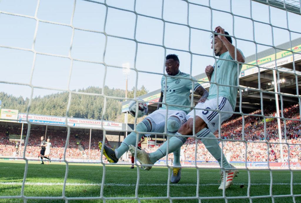Jerome Boateng und Mats Hummels wurden im März aus der Nationalmannschaft aussortiert - im einem der anschließenden Bundesliga-Spiele in Freiburg (1:1) konnten sie für Bayern München nicht überzeugen... (Photo by Matthias Hangst/Bongarts/Getty Images)