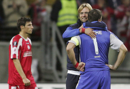 Jürgen Klopp (m.) und Dimo Wache verpassten als Bundesliga-Neuling 2005 mit Mainz 05 gegen den FC Sevilla nur knapp die UEFA-Pokal-Gruppenphase. (Photo by Alexander Heimann/Bongarts/Getty Images)