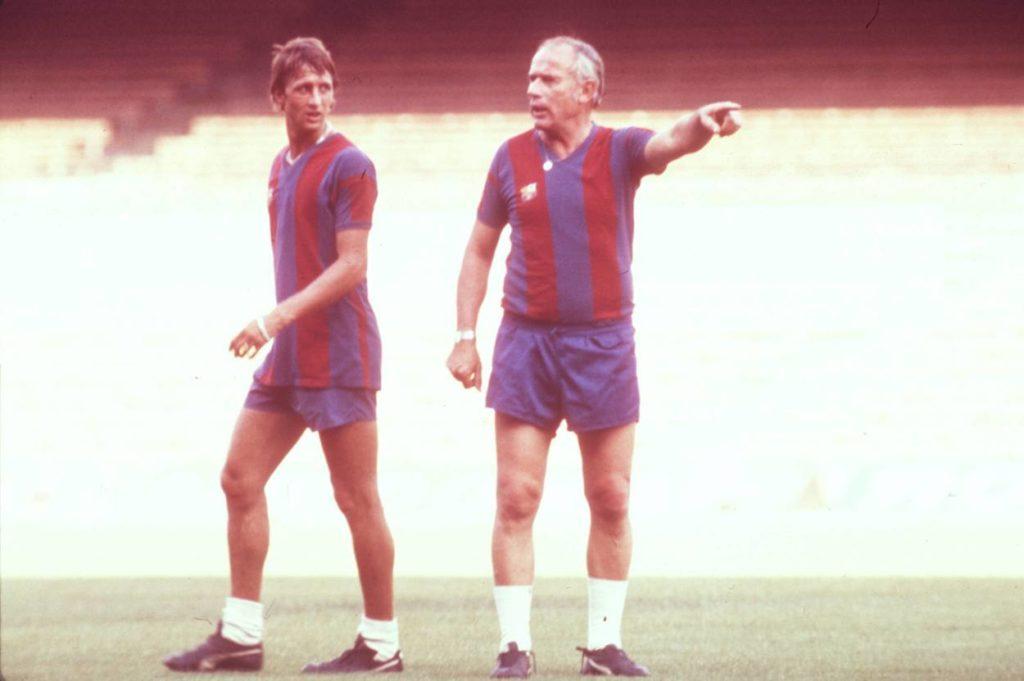 Trainer Hennes Weisweiler (re.) gibt Johan Cruyff (beide FC Barcelona) die Richtung vor.