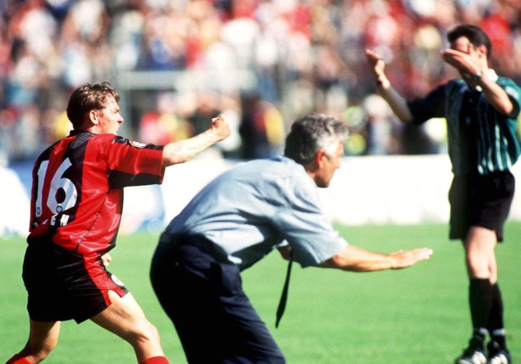 Aus! Schlussjubel bei Eintracht Frankfurt mit Olaf Janßen (l.) und Trainer Jörg Berger nach dem fulminanten 5:1 gegen den 1. FC Kaiserslautern am 29. Mai 1999. (Photo by Andreas Rentz/Bongarts/Getty Images)