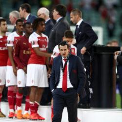 Und wieder marschieren die Spieler des FC Arsenal geschlagen an einer Europapokal-Trophäe vorbei... (Photo by Alex Grimm/Getty Images)