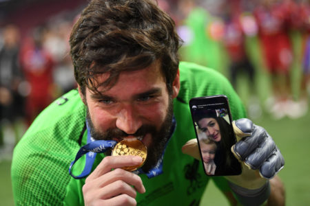 Alisson Becker nach dem Champions-League-Sieg 2019 mit dem FC Liverpool in Madrid.