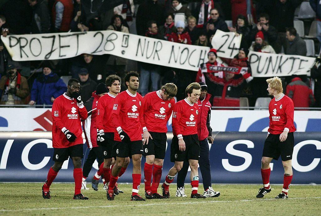Die Fans des SC Freiburg (siehe Spruchband) nahmen die Rekord-Abstiegssaison 2004/2005, wie hier gegen den VfL Wolfsburg, durchaus mit Humor.
