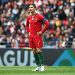 """Cristiano Ronaldo in seiner typischen ,,Sheriff""""-Pose vor jedem Freistoß. Im Bild vor dem 1:0 gegen die Schweiz (3:1) im Nations-League-Halbfinale in Porto."""