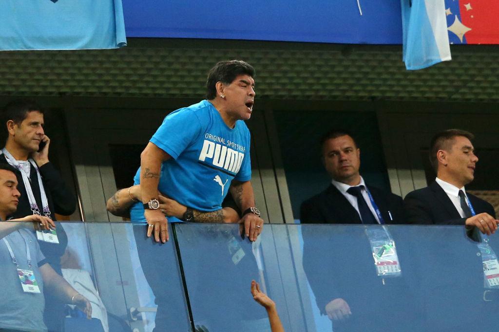 Diego Armando Maradona out of control bei Argentinien - Nigeria am 26. Juni 2018 und die bange Frage der russischen Security in St. Petersburg: Wird die Brüstung halten?