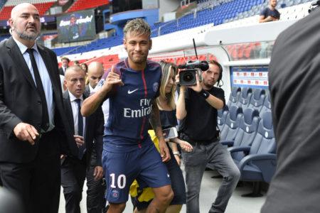 Es war einmal ein Transfer-Hammer: Am 4. August 2017 stellt Paris St.-Germain den mit 222 Mio. Euro teuersten Fußballer aller Zeiten im Prinzenparkstadion vor. Es ist der Brasilianer Neymar vom FC Barcelona.